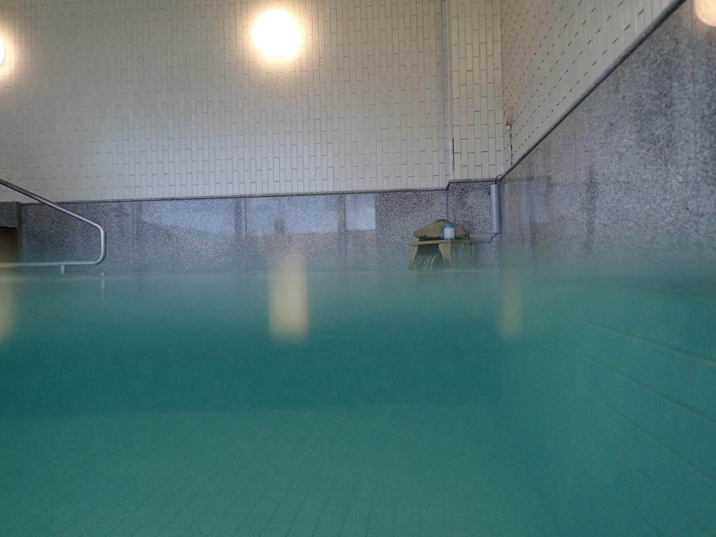 エメラルドグリーンな炭酸泉。