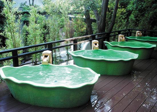 天然岩石使用の野天風呂