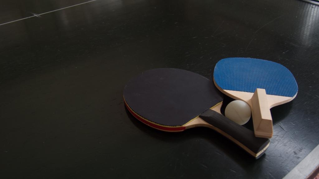 山梨県 神の湯温泉 ロビーに卓球台が設置されていた。