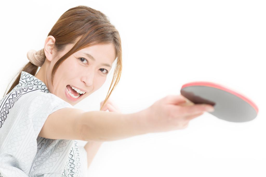 温泉卓球をする女性