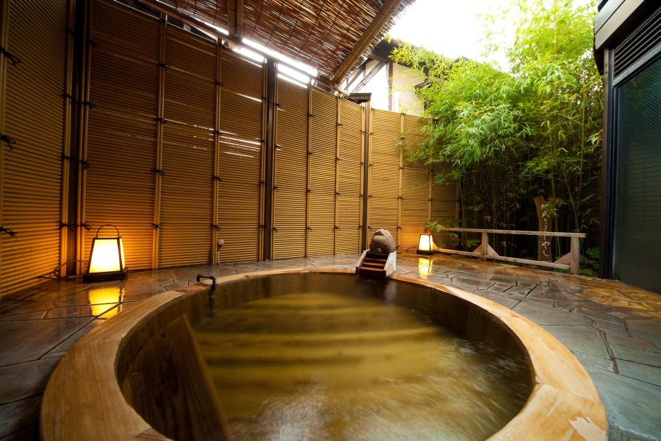 湯布院かほりの郷はな村 檜湯船の写真