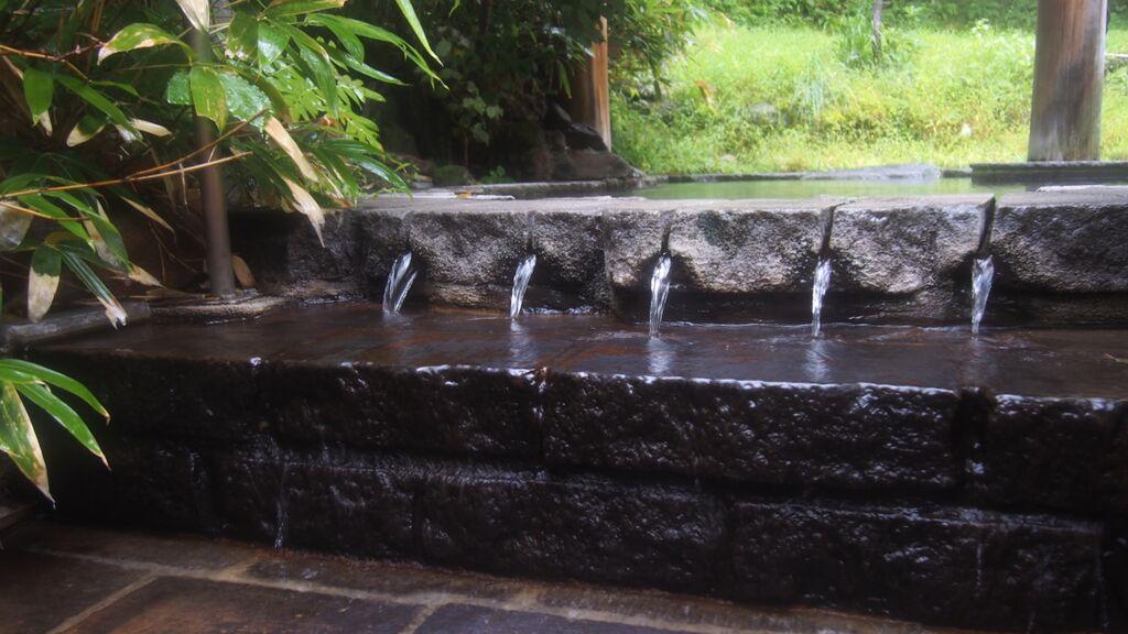 大丸温泉旅館-山ゆりの湯から流れ出る湯