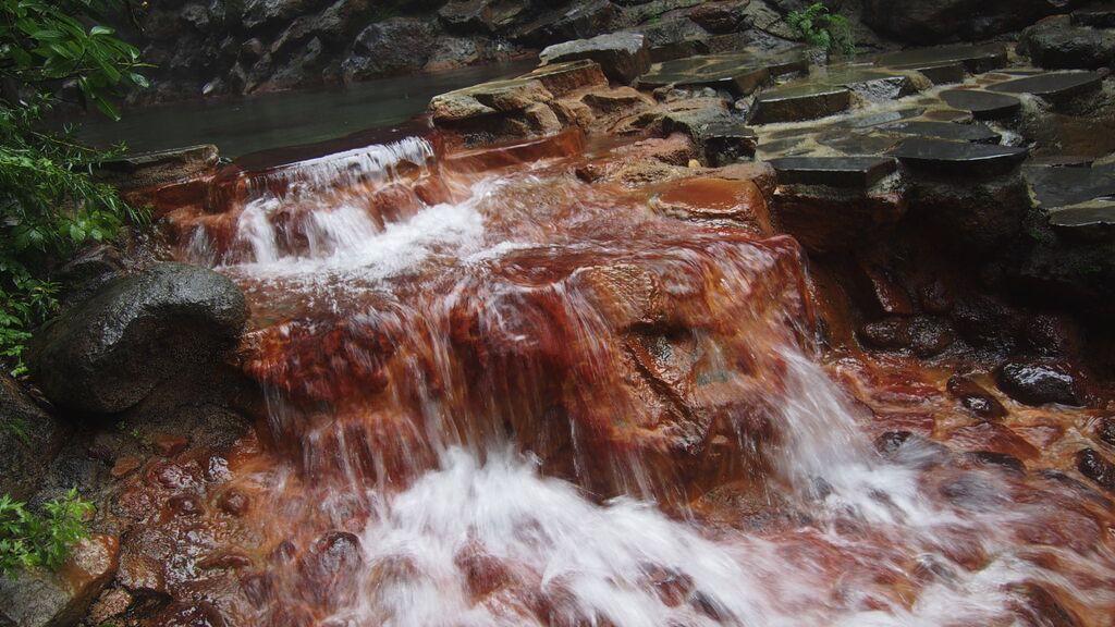 大丸温泉旅館-あじさいの湯の横を流れる湯