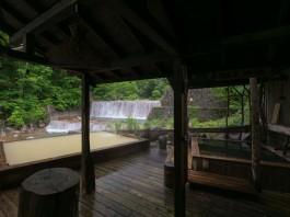 種々の木造の露天風呂。
