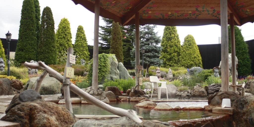 湯元 花の湯 洋風の庭園露天風呂