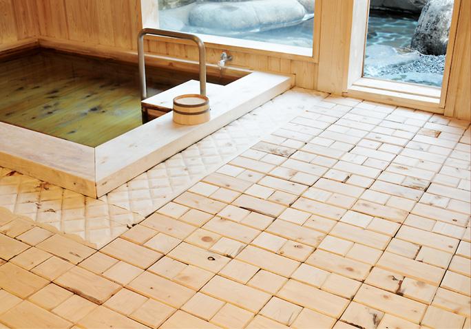 「お宿夢彦」の浴槽や壁、床は天然木を使用しているので木のぬくもりを感じることができます