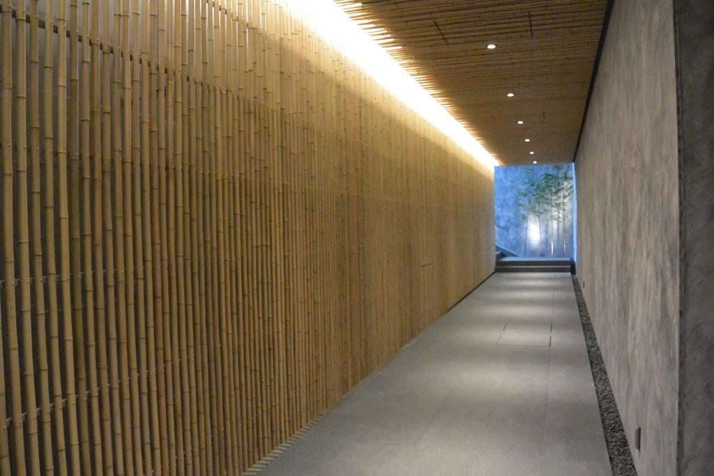 高尾山温泉 一面が竹で敷き詰められている