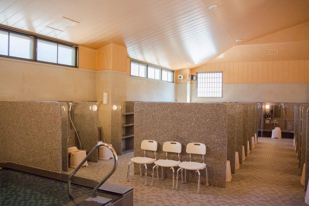 大浴場に入った所。天井が高めで蒸気も篭もらなさそう