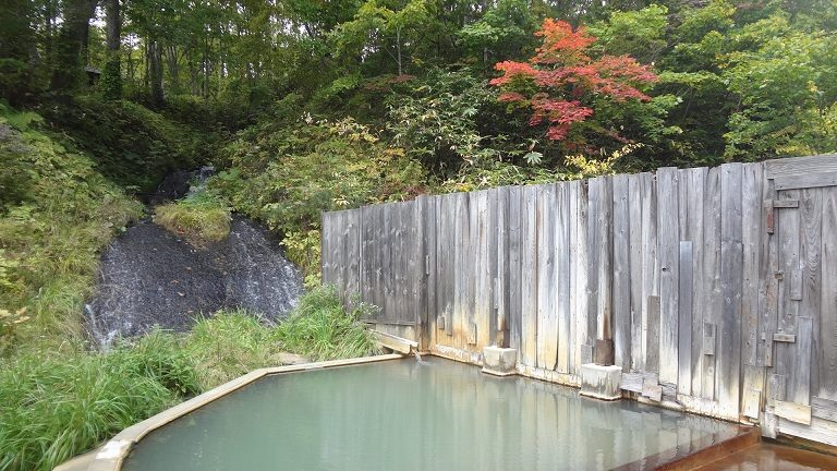 鯉川温泉旅館 紅葉と露天風呂