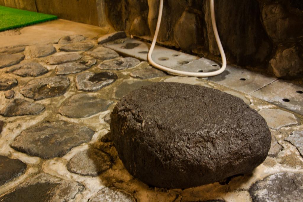 岩窟風呂の洗い場。椅子まで岩で出来ている