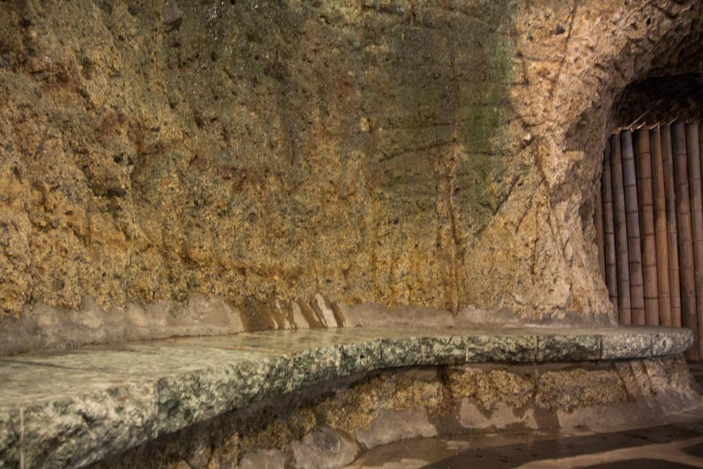 壁にはドリルで掘った後が鮮明に残っている