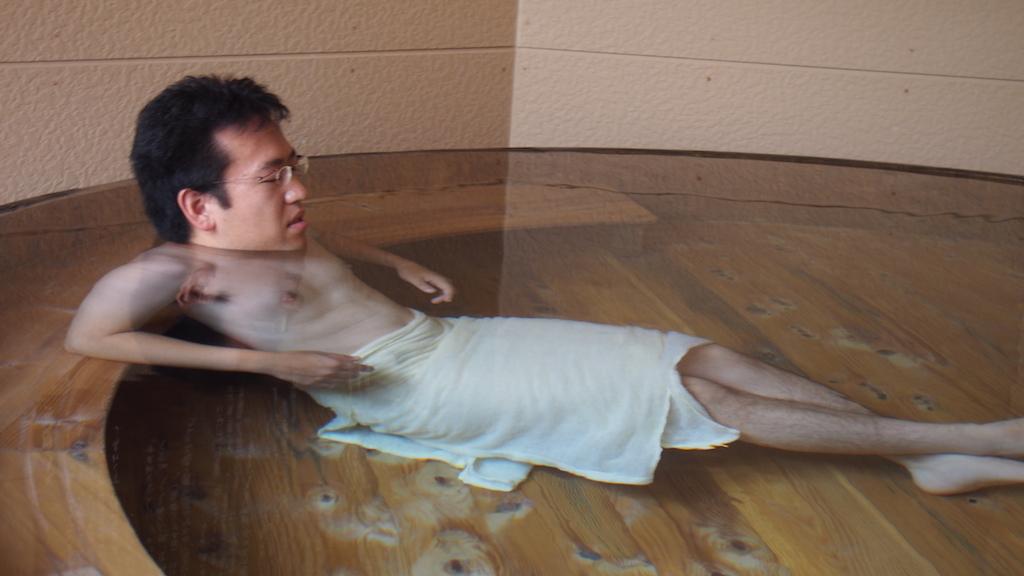 神の湯温泉 大きな樽風呂