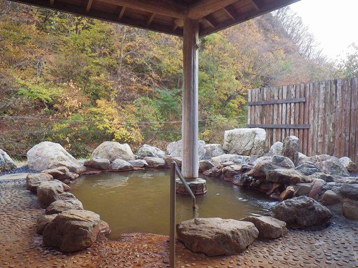 貝取潤川のせせらぎを聞きながら四季折々の風情を楽しめる あわび山荘