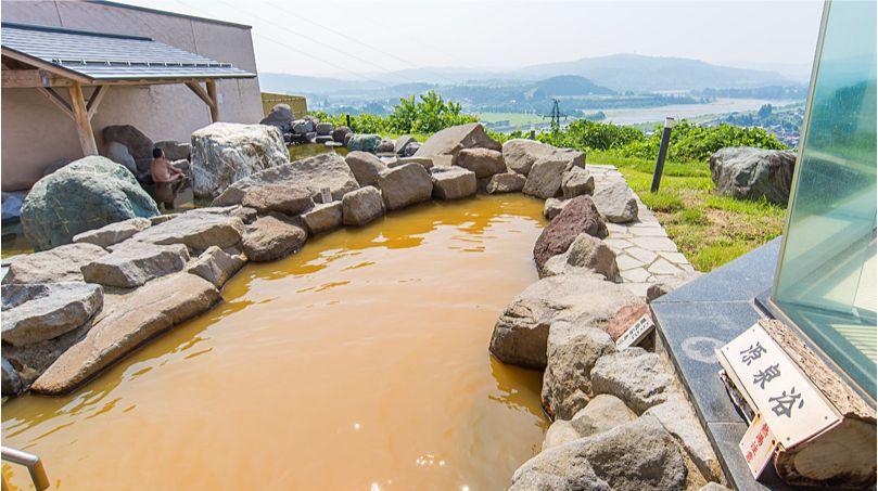 信濃川の雄大な流れを見下ろしながら入浴ができる露天風呂。えちご川口温泉ホテルサンローラ