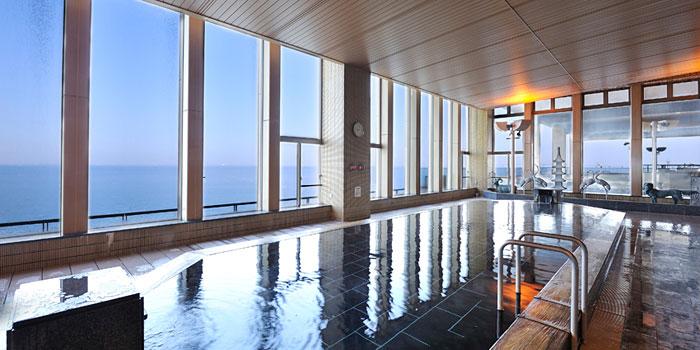 70種類ものお風呂とプールのある巨大な温泉施設、龍宮城スパホテル三日月