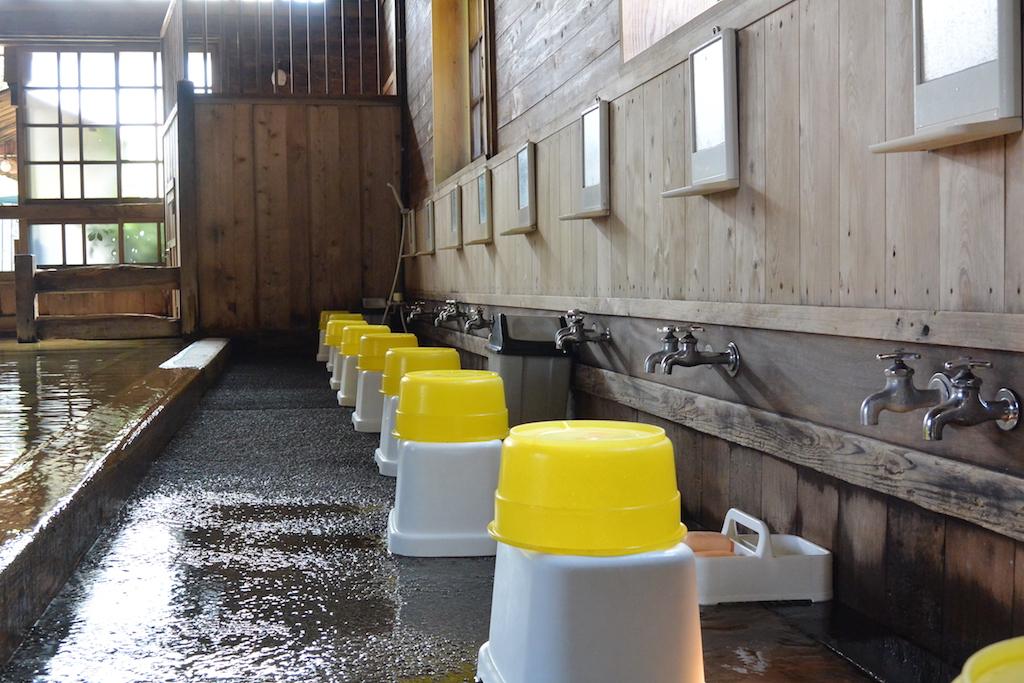 金谷旅館の千人風呂は洗い場もたくさん
