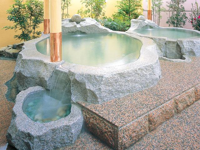 千数百万年前の隕石衝突の跡といわれている直径8kmの高松クレーターから湧出した温泉です。