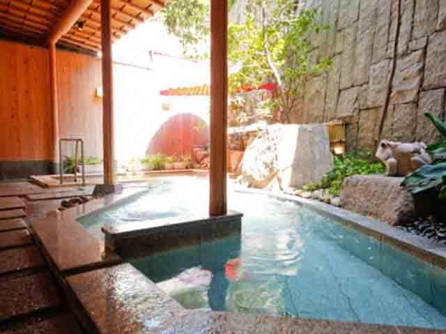 2種類の源泉を持ち、3か所の湯処に15種類のお風呂があり湯巡りが楽しめる紅梅亭