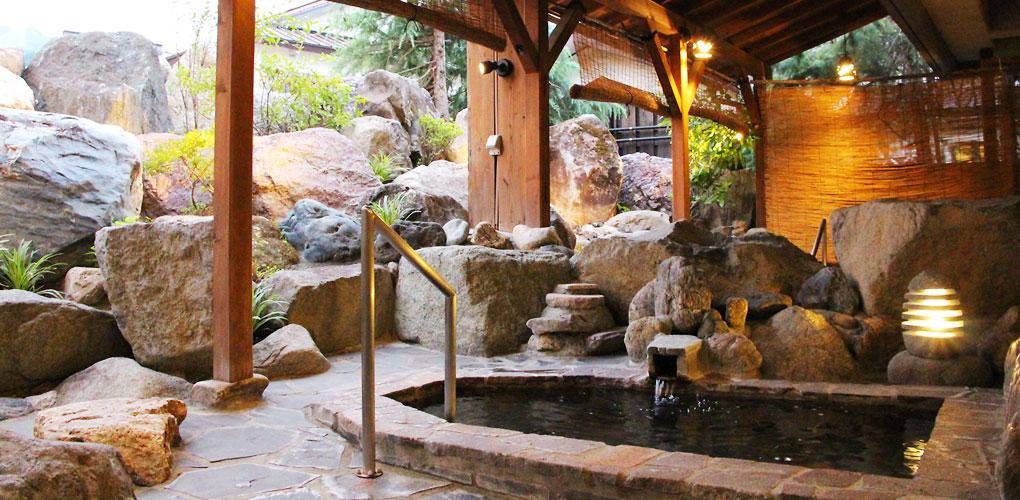 丸山温泉古城館の巨石が積まれた岩風呂