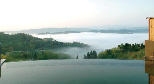 まつだい芝峠温泉雲海はその名の通り雲海を眼下に望む露天風呂が自慢