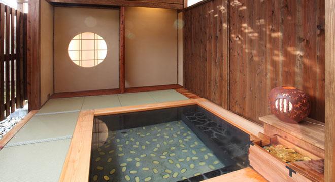六日町温泉の宿 坂戸城の開運茶室露天風呂は小判があしらわれており縁起が良い