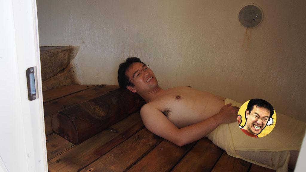 たまご風呂で寝そべるマックスむらい