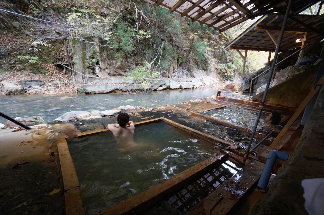 眺望の素晴らしさと歴史の重みを混浴で味わえる、塩の湯温泉『明賀屋本館』(栃木県)