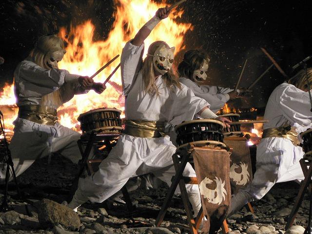 燃え上がる炎と太鼓の音が大迫力!
