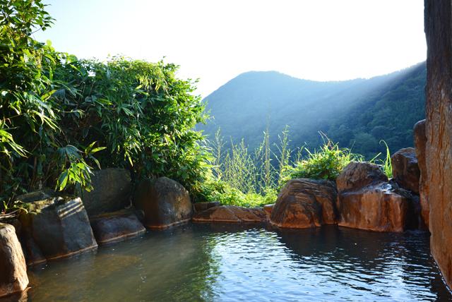 玖珠川流域の両岸を2キロにわたって断崖絶壁が直立にそそり立つ「九酔渓」にある渓谷の宿二匹の鬼
