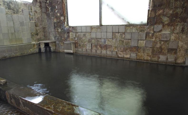 日本にここだけしかないという鉄分を豊富に含んだ真っ黒な湯 墨の湯