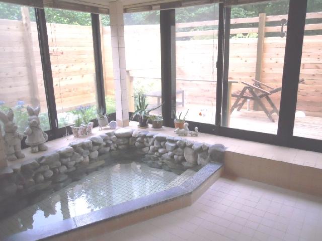 窓を開ければ半露天風呂になり初夏には蛍が入ってくることもある天然温泉風呂