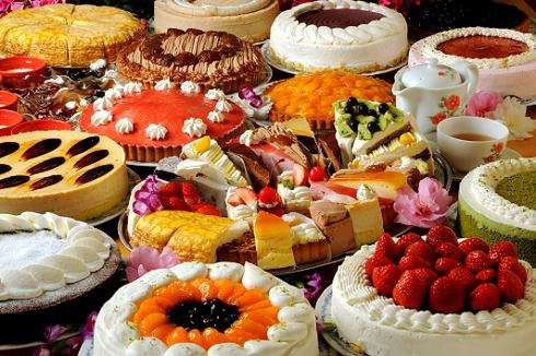 約20種類のケーキと自家ブレンドの紅茶が食べ飲み放題の夜食ケーキバイキング