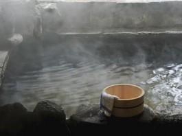 天然温泉の岩風呂が2つあり、空いている時はいつでも無料貸切で利用できます
