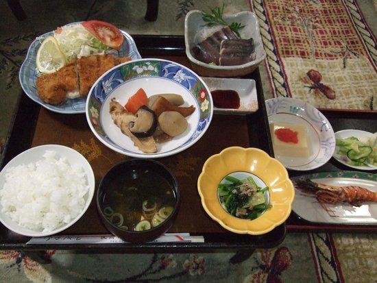 揚げ物、煮物など、家庭的な料理を地元の食材を使い振る舞っていただけます