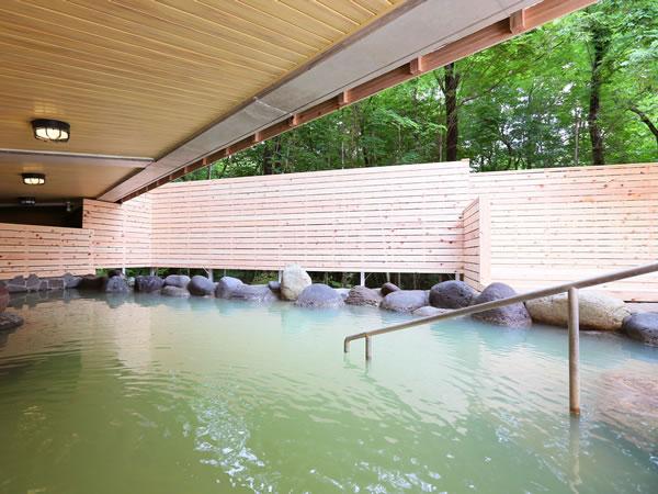 毎分230ℓの豊富な湯量の露天風呂