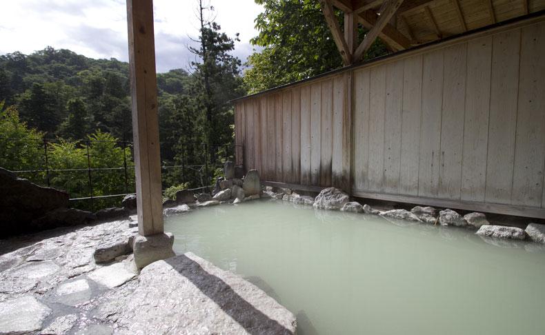 天気や季節によって湯の色が変化する五色の湯