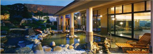 宜野湾からの潮風を感じながらのんびりとくつろぐ事ができる露天風呂、天然温泉アロマ。