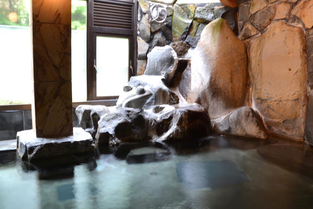 岩の隙間からお湯が湧き出る