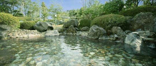 那須の雄大な自然と一体になれるような感覚になる露天岩風呂