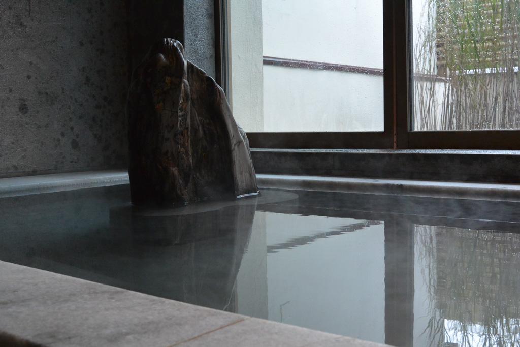 源泉が投入される一番熱い湯船
