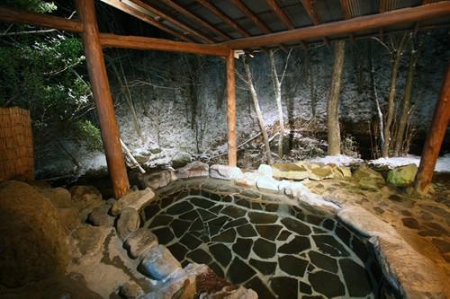 冬は降り積もる雪を見ながら、露天風呂で一杯 貸切露天風呂