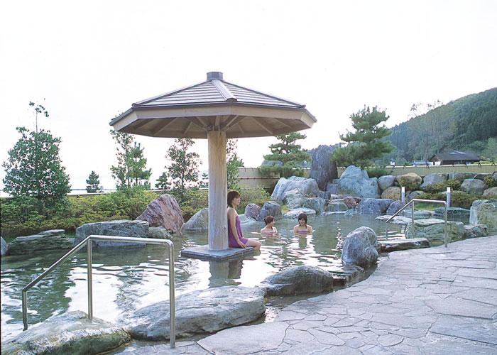 波静かな七尾湾に浮かぶ能登島の中心部にある温泉施設。島の湯