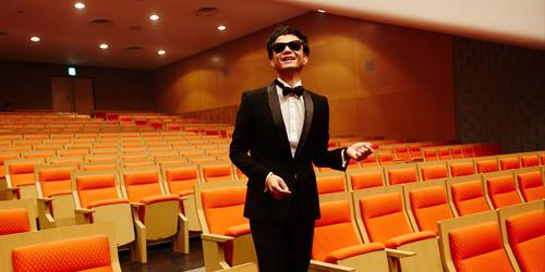 少し泣き声混じりの切ない歌声と、むき出しのソウルで人々を魅了する 奇妙礼太郎