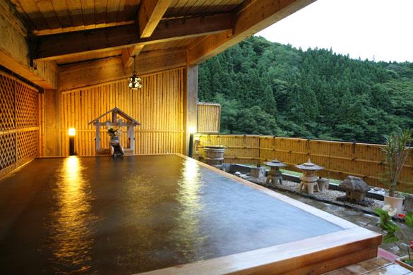 渓谷を眺めながらの絶景露天風呂が自慢の旅館「向瀧」