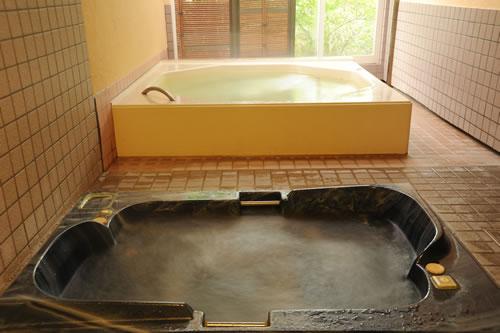 ジャグジー風呂と虹色に光るレインボー風呂の2種類の浴槽がある贅沢な貸切風呂 クレオパトラ
