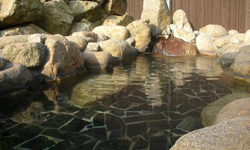 周囲を山に囲まれ、春の新緑、秋の紅葉と季節によって違った風景が楽しめる露天風呂。ホットランドNANAO