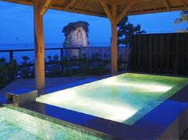 日本海がすぐ目の前に見える、波打ち際にある温泉。のとじ荘