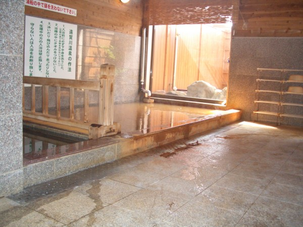 遠賀川が流れる田園風景に囲まれたのどかな場所にある温泉施設、遠賀川温泉
