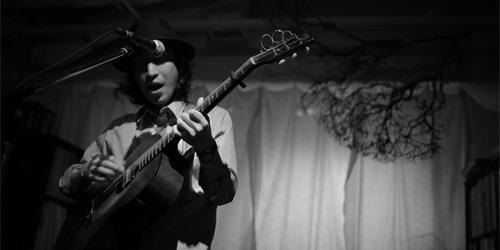 1975年茨城県生まれ。シンガー・ソングライター、ギタリスト おおはた雄一