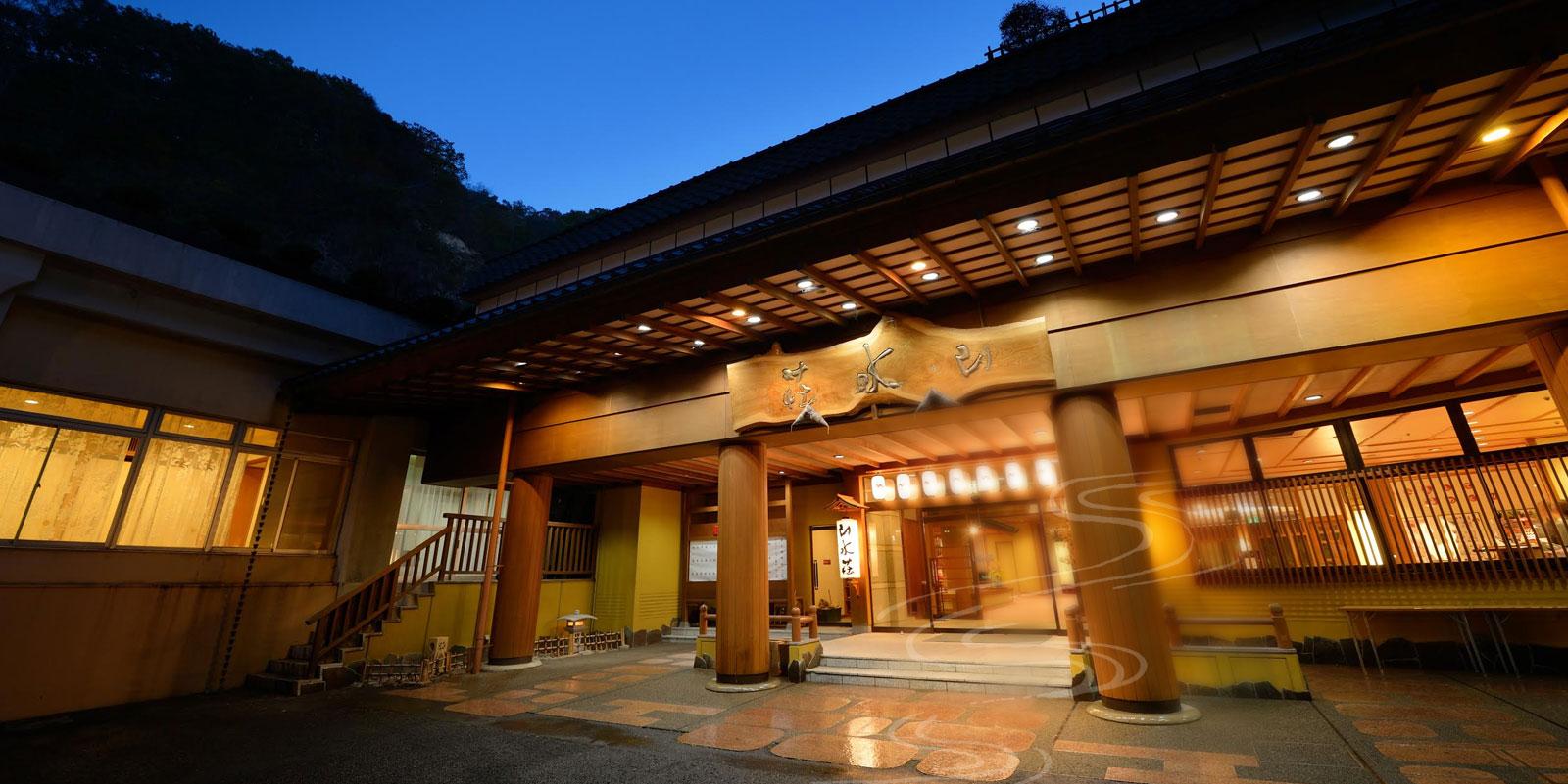 4か所の大浴場と5か所の貸し切り露天風呂で温泉三昧を楽しめる旅館「山水荘」